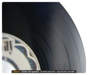 Zoom sur un pressage vinyl groove de qualité (recto)