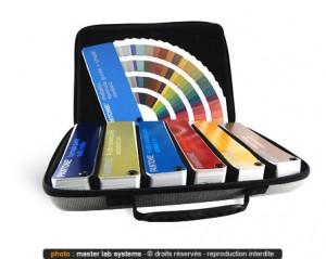 Malette de nuanciers Pantone © pour le choix des couleurs
